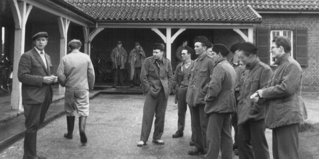 Militænægterlejren i Oksbøl. Den tidligere flygtningelejr blev i 1949 omdannet til civil arbejdslejr. Militænægternes opgave bestod i, at nedbryde de barakker, som flygtningene havde boet i.