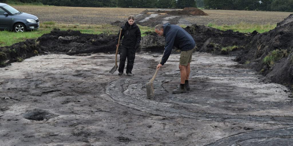 Udredning af stratigrafi i fladen - hvilke grøfter er gravet først, hvilke er yngst